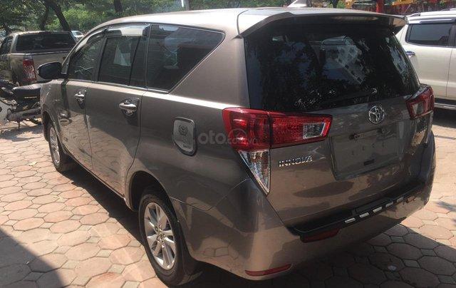 Bán xe Toyota Innova 2.0E màu đồng, sản xuất 20174