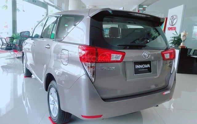 Bán xe Innova 2.0E 2019, màu bạc2