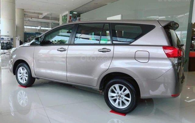 Bán xe Innova 2.0E 2019, màu bạc1
