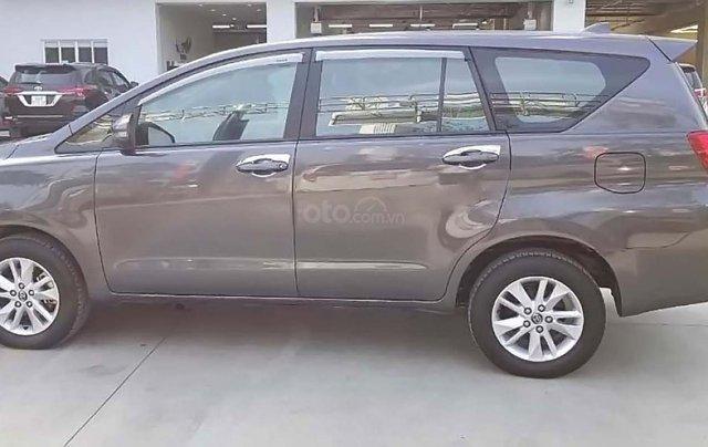 Cần bán gấp Toyota Innova E 2018, màu xám, giá 670tr1
