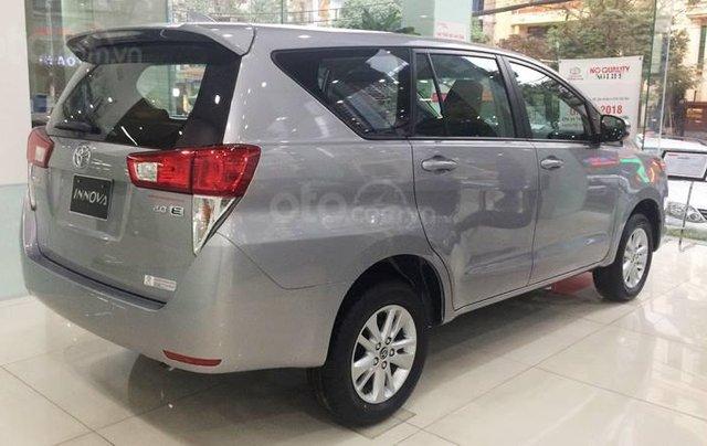 Mua xe ngay nhận ngay ưu đãi lớn cuối năm chiếc xe  Toyota Innova 2.0E đời 2019, màu bạc 1