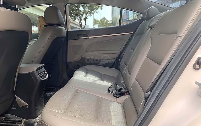 Cần bán lại xe Hyundai Elantra 1.6AT năm sản xuất 2017, màu trắng3