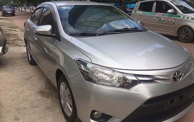 Cần bán gấp Toyota Vios sản xuất năm 2017, màu bạc0