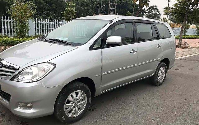 Cần bán xe Toyota Innova sản xuất năm 2010, màu bạc xe còn mới lắm0