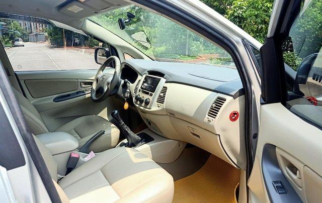 Cần bán Toyota Innova E 2014, số sàn, màu bạc đẹp, xe còn rất mới, anh Thành9