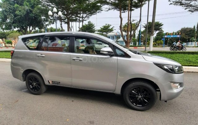 Cần bán Toyota Innova 2016, số sàn màu bạc giá 535tr3