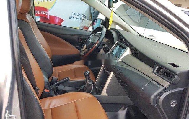 Bán lại xe Toyota Innova đời 2018, màu bạc số sàn4