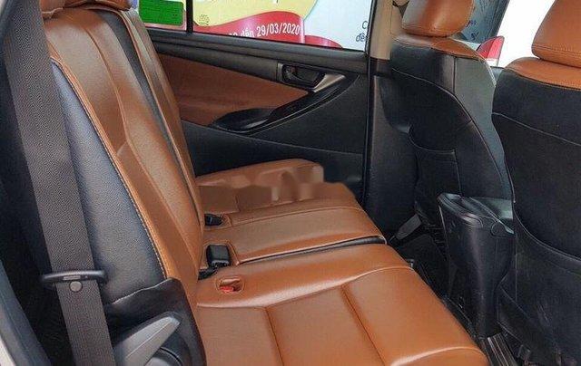Bán lại xe Toyota Innova đời 2018, màu bạc số sàn5