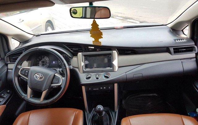 Bán lại xe Toyota Innova đời 2018, màu bạc số sàn3