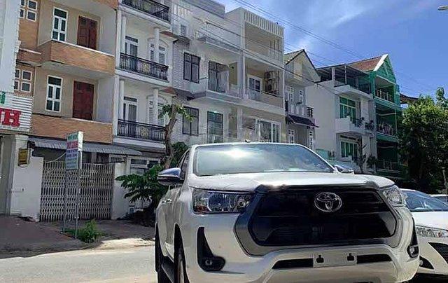 Cần bán xe Toyota Hilux 2.4L 4x2 AT đời 2021, màu trắng, xe nhập0