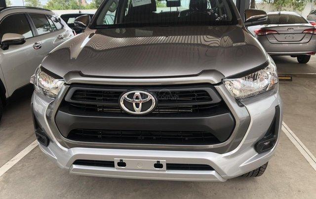 Bán xe Toyota Hilux 2.4 số tự động 2021- Màu bạc giao ngay - Khuyến mãi giảm tiền mặt, tặng phụ kiện0