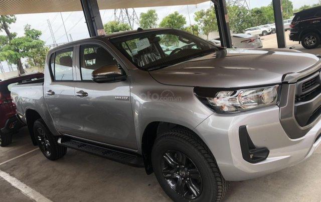 Bán xe Toyota Hilux 2.4 số tự động 2021- Màu bạc giao ngay - Khuyến mãi giảm tiền mặt, tặng phụ kiện1