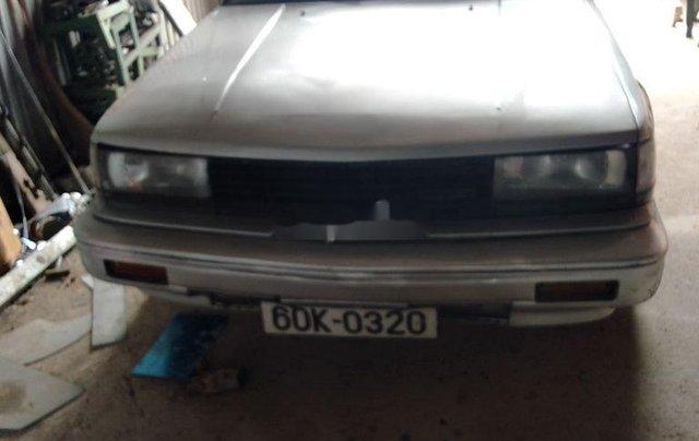 Cần bán Nissan Bluebird năm 1990, màu bạc0