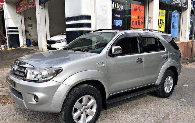 Cần bán xe Toyota Fortuner 2.7AT 2011, màu bạc0