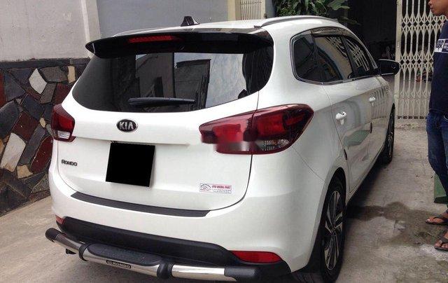 Cần bán Kia Rondo số sàn màu trắng tinh năm sản xuất 2018, xe còn mới, giá ưu đãi1