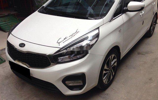 Cần bán Kia Rondo số sàn màu trắng tinh năm sản xuất 2018, xe còn mới, giá ưu đãi0