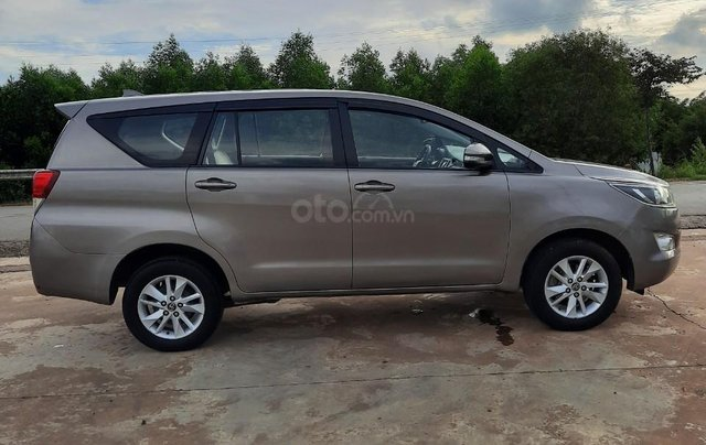 Cần bán Toyota Innova 2016, màu xám0