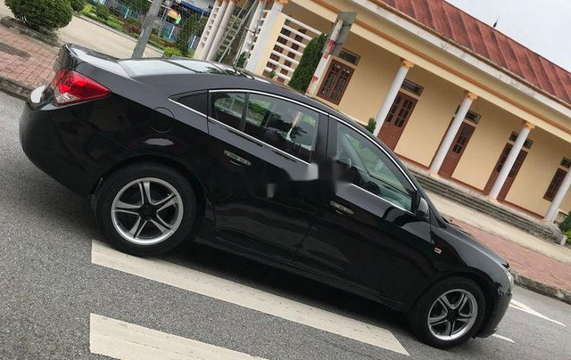 Cần bán gấp Chevrolet Cruze sản xuất 2010, màu đen, số sàn2