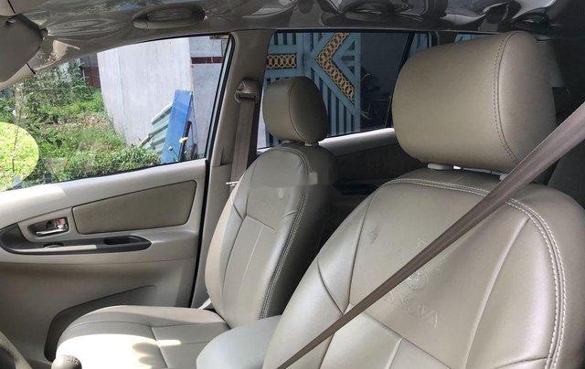 Cần bán xe Toyota Innova sản xuất 2014, màu bạc số sàn3