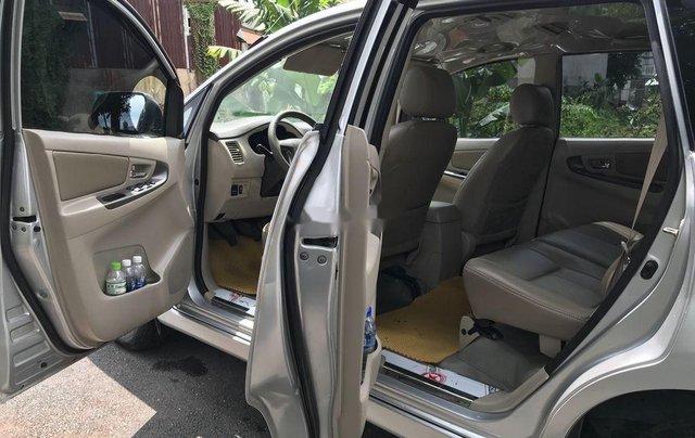Cần bán xe Toyota Innova sản xuất 2014, màu bạc số sàn2
