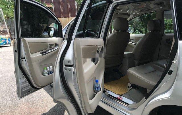 Cần bán xe Toyota Innova sản xuất 2014, màu bạc số sàn6