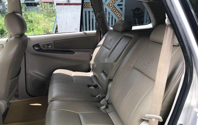 Cần bán xe Toyota Innova sản xuất 2014, màu bạc số sàn4
