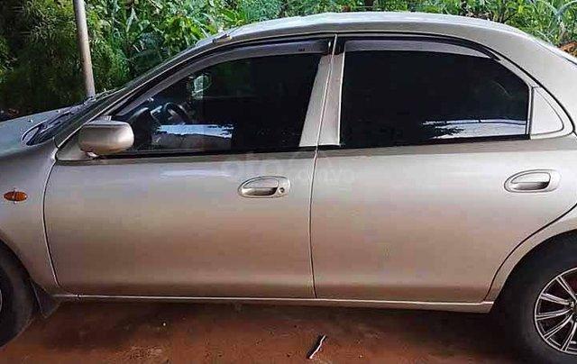 Cần bán lại xe Mazda 323 đời 2000, màu ghi vàng0