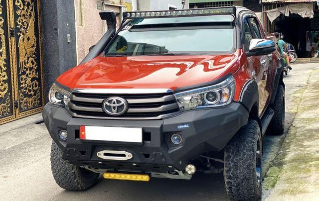 Bán Toyota Hilux sản xuất năm 2018, số tự động, máy dầu, màu cam1