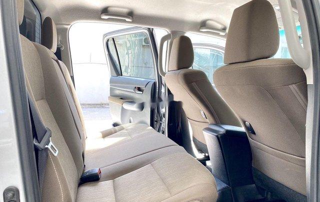 Bán ô tô Toyota Hilux sản xuất năm 2019, màu bạc, xe nhập 6