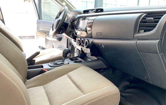 Bán ô tô Toyota Hilux sản xuất năm 2019, màu bạc, xe nhập 7