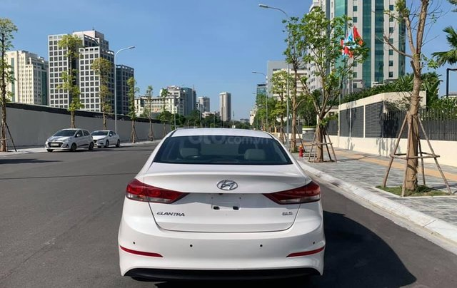 Cần bán xe Hyundai Elantra 2.0AT 2016, màu trắng2