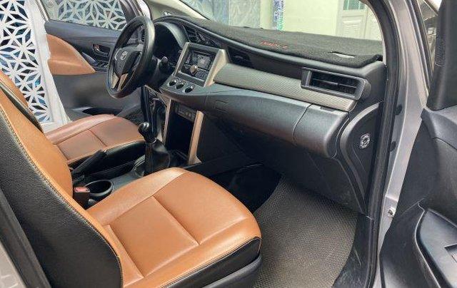 Bán lại xe Toyota Innova 2.0E đời 2019, màu bạc số sàn8