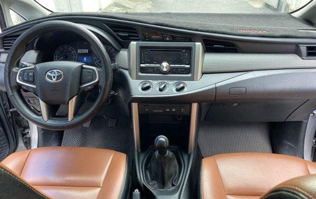 Bán lại xe Toyota Innova 2.0E đời 2019, màu bạc số sàn6