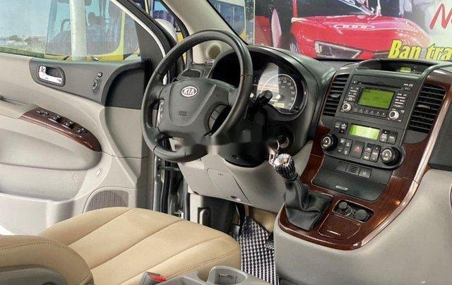 Bán xe Kia Carnival năm sản xuất 2010, màu bạc số sàn 4