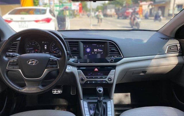 Bán Hyundai Elantra năm sản xuất 2017, màu trắng, 565tr5