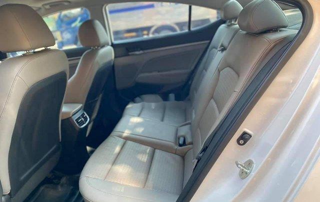 Bán Hyundai Elantra năm sản xuất 2017, màu trắng, 565tr3