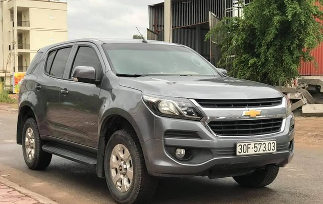 Cần bán xe Chevrolet Trailblazer sản xuất 2018, màu xám bạc0