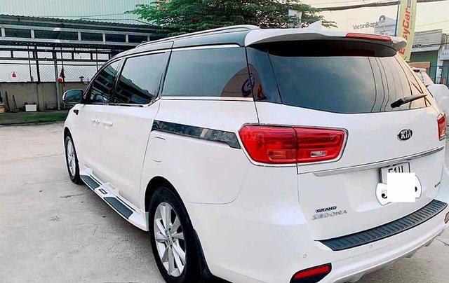 Cần bán gấp Kia Sedona 2.2 năm 2018, màu trắng0