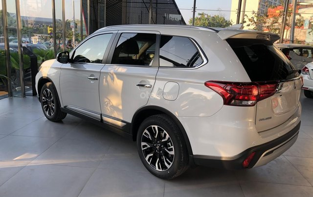 Mitsubishi Outlander 2020 khuyến mãi lớn - giảm 100% phí trước bạ  + quà tặng cực hấp dẫn2