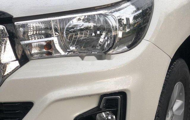 Cần bán gấp Toyota Hilux sản xuất 2018, màu trắng số tự động3