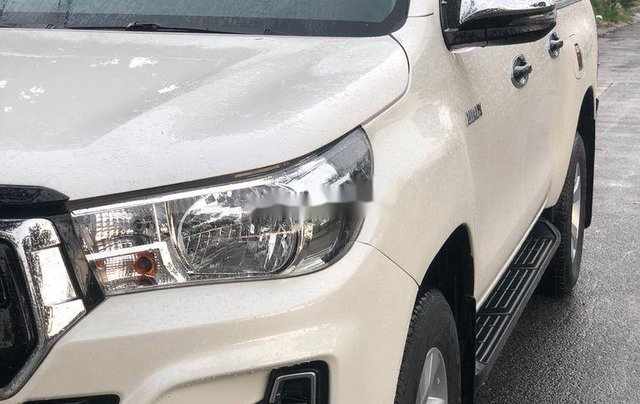 Cần bán gấp Toyota Hilux năm 2018, nhập khẩu Thái số tự động 2