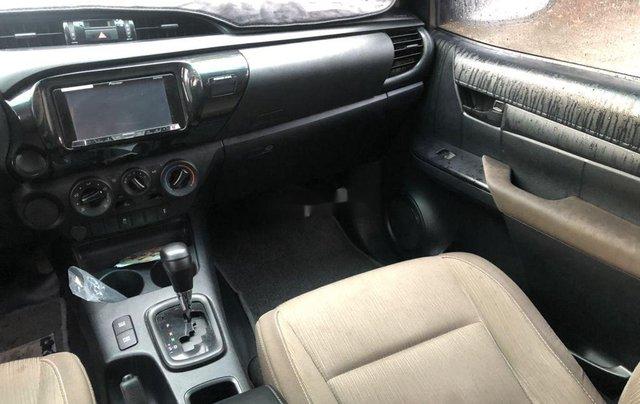 Cần bán gấp Toyota Hilux sản xuất 2018, màu trắng số tự động9