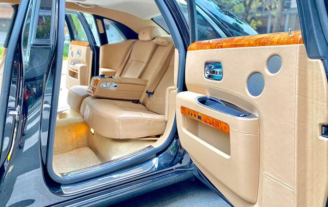Xe chính chủ bán Rolls-Royce Ghost model 2011 màu đen nội thất kem, lăn bánh hơn 30000 km, nội thất như mới và nguyên bản10