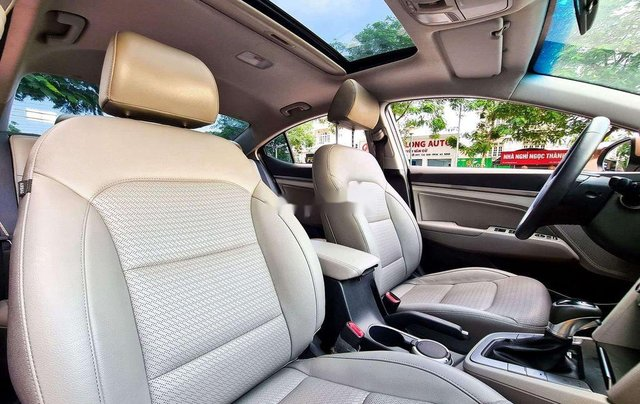 Cần bán Hyundai Elantra đời 2017, màu nâu còn mới, 554 triệu8