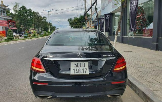 Cần bán Mercedes E300 năm sản xuất 2019, màu đen còn mới4