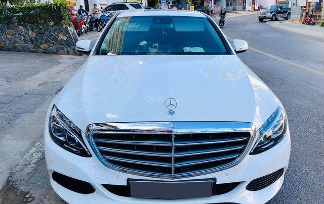 Xe chính chủ bán Mercedes C250 Exclusive model 2017 màu trắng, ít sử dụng và còn rất mới0