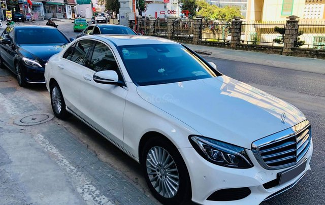 Xe chính chủ bán Mercedes C250 Exclusive model 2017 màu trắng, ít sử dụng và còn rất mới2