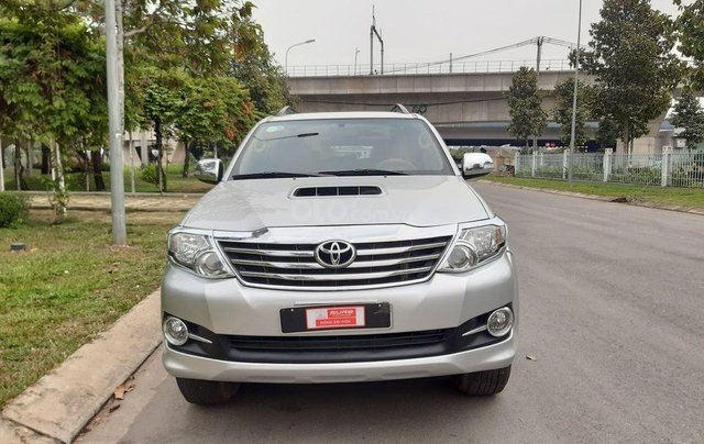 Xe Toyota Fortuner sản xuất 2016, màu bạc số sàn4
