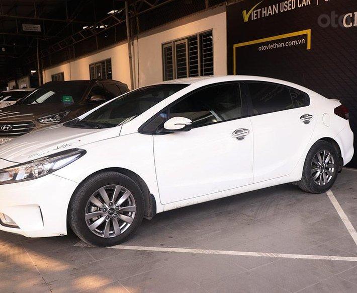 Kia Cerato 1.6MT 2017, xe trắng đẹp và sang0