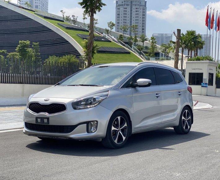 Cần bán xe Kia Rondo SX 2016, màu bạc, nội thất đen, máy dầu0